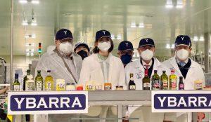 La ministra Reyes Maroto en su visita a las instalaciones de Ybarra